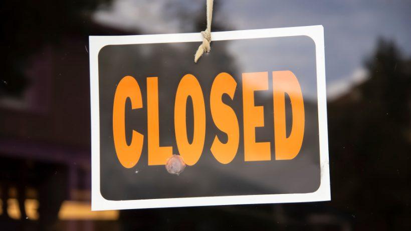 Closed-Schild am Eingang eines Geschäfts